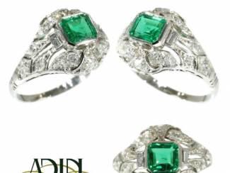Diamanten estate trouwring met magnifieke smaragd.