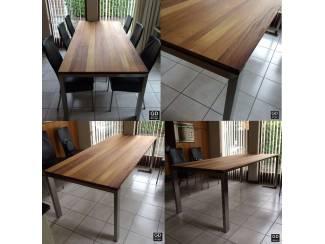 Prachtige RVS design eettafel met Iroko houten tafelblad