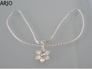 Zilverkleur ketting met bloem nr 196-GEEN VERZENDKOSTEN.