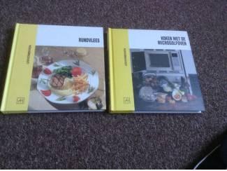 Twee kookboeken één met rundsvlees en één met microgolfoven,