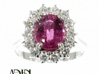 Estate trouwring omringd door diamantjes.