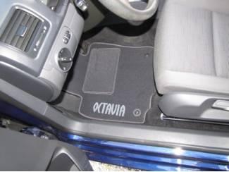 CLASSIC Velours automatten met witte logo Skoda Octavia II
