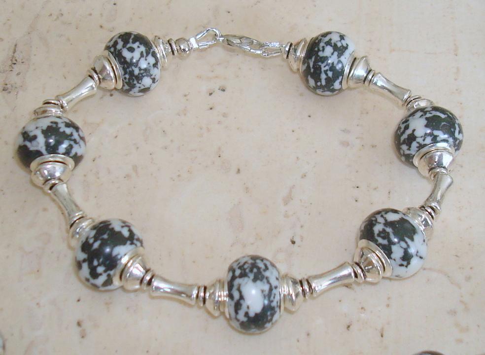 Armband met grote kralen zwartwit natuursteen - maat naar wens