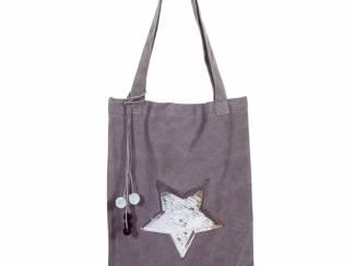 Een hippe tas met zilveren ster