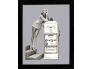 Vrouw bij Benzinepomp Spiegel en Arbeiders New York