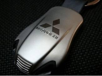 Mitsubishi Sleutelhanger gegraveerd met dubbele blauwe led