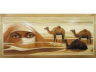 Schilderij Gesluierde Vrouw in Woestijn met Dromedarissen