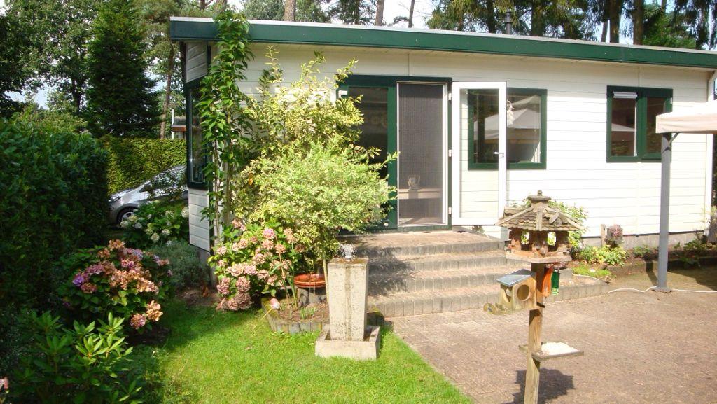 Te koop vakantiehuisje midden op de Veluwe met eigen grond