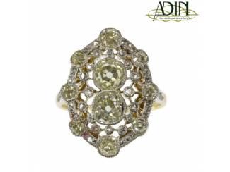 Belle Époque trouwring omringd door diamantjes.