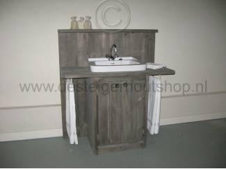 Steigerhouten badkamermeubel.