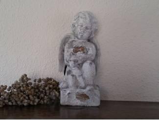 Stenen engel knielend