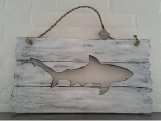 Houten plank met uitgesneden haai