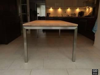 Moderne tafel Barca, rvs poten met beukenhout. Op maat geleverd!