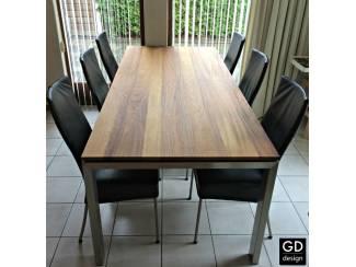 Maatwerk tafel! Mooi Iroko hout met rvs poten!