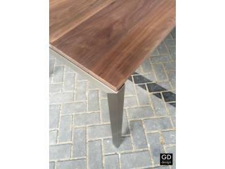 Amerikaans noten tafel met strakke rvs design poten!