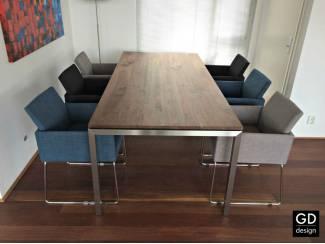 Moderne tafel Barca, notelaar met rvs design tafelpoten!