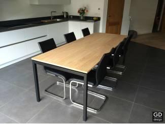 Grote moderne keukentafel, zwarte poten met eiken tafelblad
