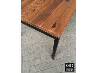 Stoere tafel, Amerikaans notenhout rustiek met zwarte tafelpoten!