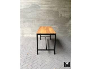 Stoere bartafel! Zwarte poten met Iroko houtenblad! Op maat gelev
