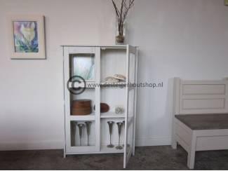 Brocante houten kast met glas in de deuren.