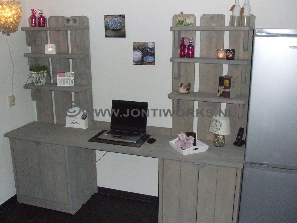 Steigerhouten bureau met onderkastjes en open schappen.