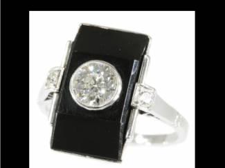 Vintage verlovingsringen omringd door diamantjes.