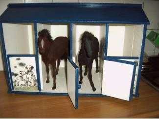 Grote Paarden stal van hout zonder inhoud