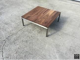Moderne salontafel, Amerikaans notenhout met rvs poten!