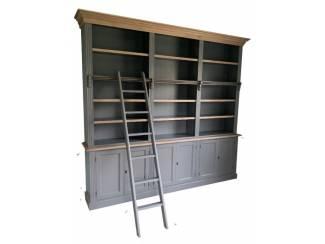 Boekenkast grijs met eiken lijsten en trap 260 x 240cm