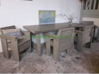 Aanbieding: showroommodel eettafel met vier stoelen