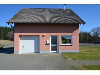 Buitenland Vlakbij de Nürburgring! Twee woonhuizen met drie woningen, tuin