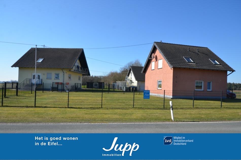 Vlakbij de Nürburgring! Twee woonhuizen met drie woningen, tuin
