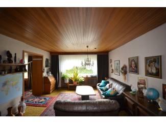 Buitenland Gezellig woonhuis met twee garages, bijgebouwen en tuin