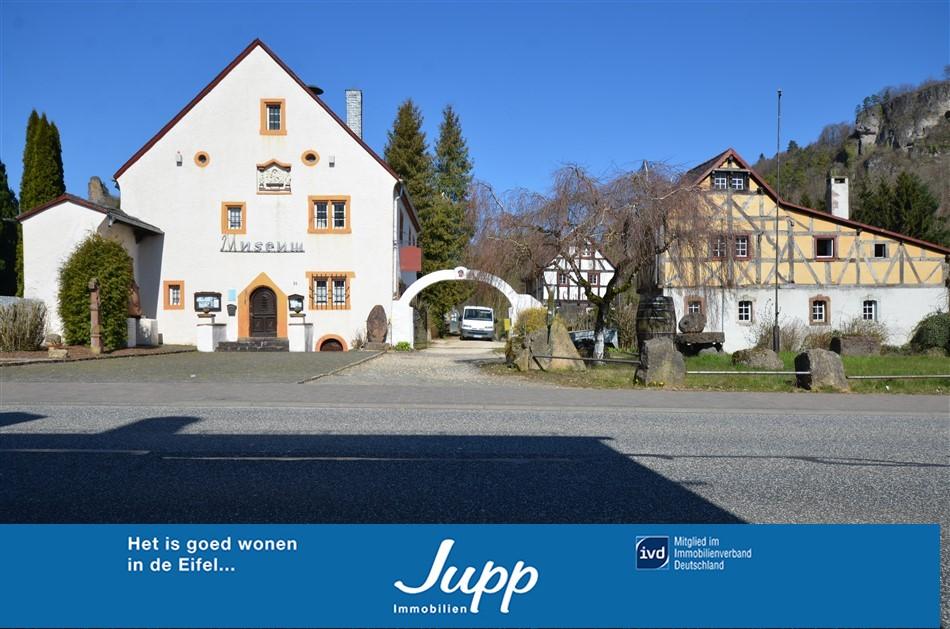 Historische gebouwen met vakwerkcafé, wijnlokaal, bakhuis