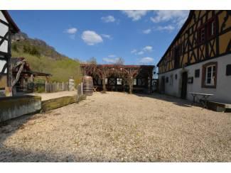 Buitenland Historische gebouwen met vakwerkcafé, wijnlokaal, bakhuis