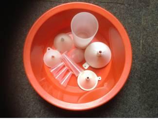 Trechters ,maatbekers en plastieke wasteel,handig voor keuken enz