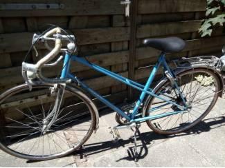Vintage dames racefiets , heeft jaren in de garage gestaan .