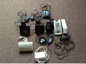 Telefoons,zowel vaste ,draadloze met laders,antennes,modem