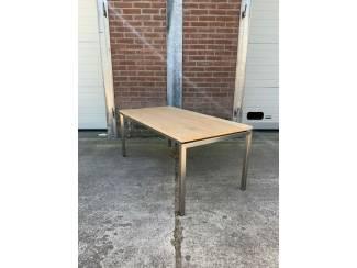 Moderne eiken salontafel met rvs poten