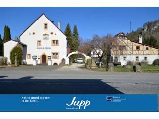 Historische gebouwen met vakwerkcafé, wijnlokaal, bakhuis.