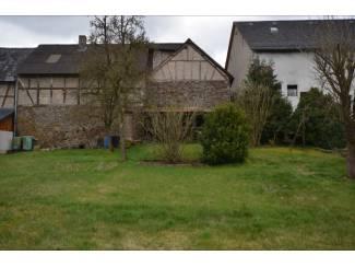 Buitenland Knusse hoekboerderij met een klein erf, tuin, schuur en stal